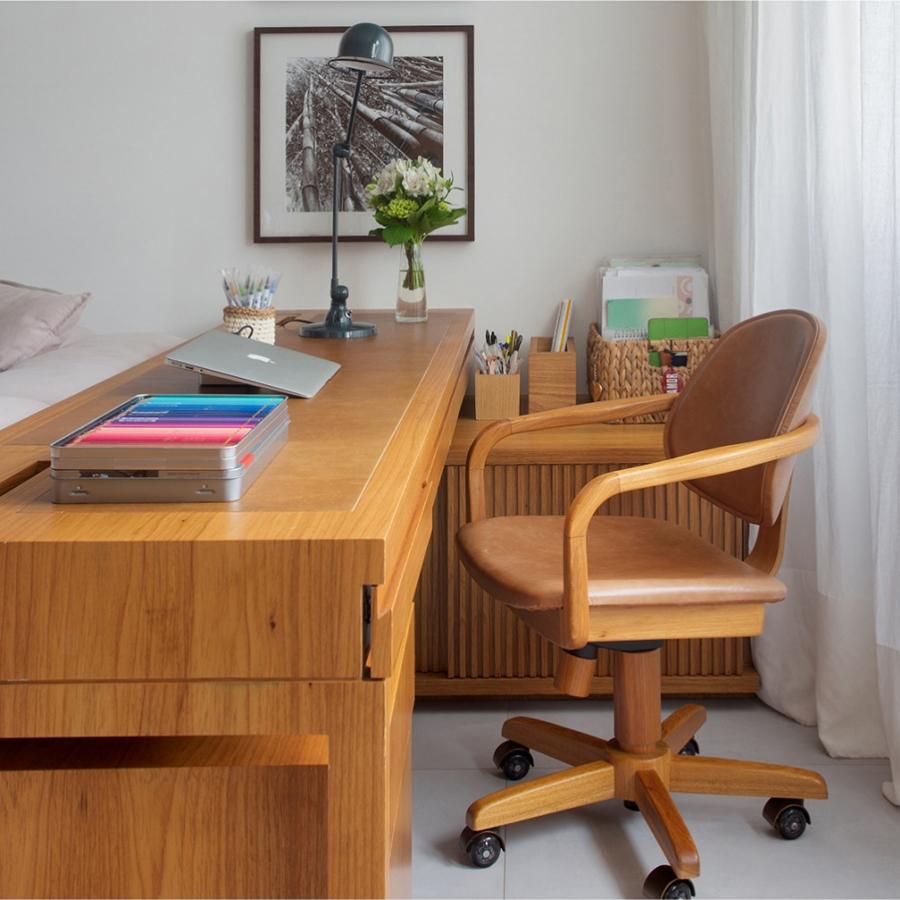 Cadeira Omar Giratória, design assinado por Rejane Carvalho Leite, no projeto de Brise Arquitetura. Foto MCA Estúdio